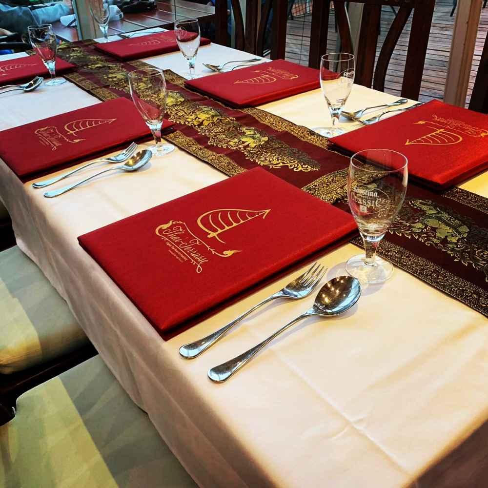 Speisekarten und Tischdekoration